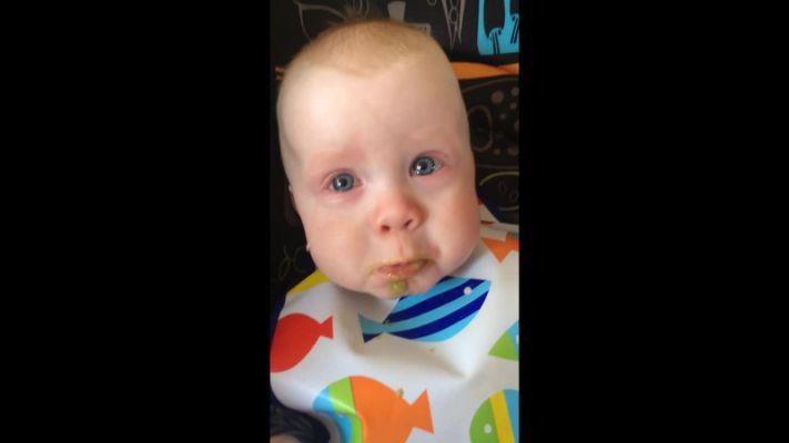 萌化了!国外男婴听妈妈唱歌感动得深情落泪