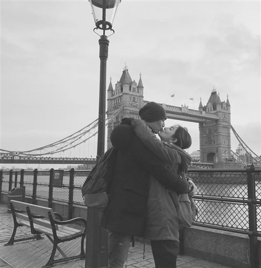 "Ella晒与老公接吻照 甜蜜分享""伦敦爱情故事""庆圣诞"