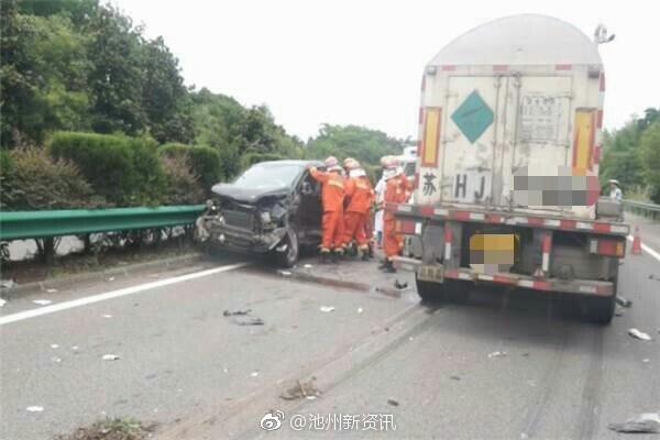 沪渝高速池州境内两车相撞,消防官兵及时营救受伤司机