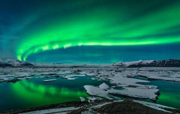 入住玻璃屋、乘坐驯鹿雪橇展开一场北欧极光之旅