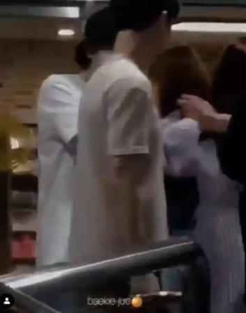 ▲▼ 女粉冲上前激动抓手! EXO伯贤吓到愣住⋯影片曝光歌迷全怒了。